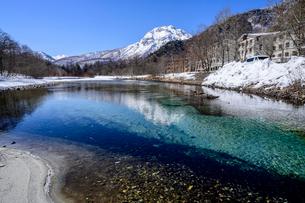 梓川より望む焼岳の写真素材 [FYI04088031]