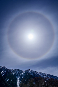 霞沢岳と日暈の写真素材 [FYI04088033]