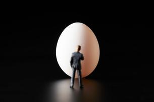 卵とビジネスマンの写真素材 [FYI04088147]