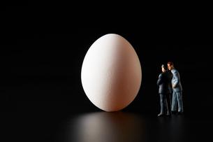卵とビジネスマンの写真素材 [FYI04088148]