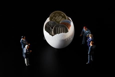 お金が入った卵とビジネスマンの写真素材 [FYI04088151]