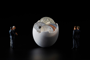 お金が入った卵とビジネスマンの写真素材 [FYI04088152]