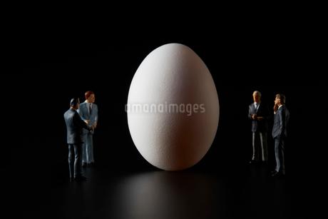 卵とビジネスマンの写真素材 [FYI04088153]