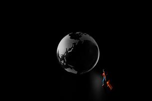 地球儀と人の写真素材 [FYI04088156]