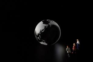 地球儀と人の写真素材 [FYI04088157]