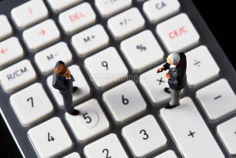 計算機の上で会議するビジネスマンの写真素材 [FYI04088168]