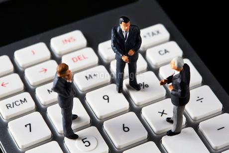 計算機の上で会議するビジネスマンの写真素材 [FYI04088169]