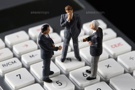 計算機の上で会議するビジネスマンの写真素材 [FYI04088170]
