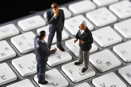 キーボードの上で会議するビジネスマンの写真素材 [FYI04088171]