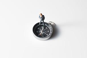 方位磁針とビジネスマンの写真素材 [FYI04088174]