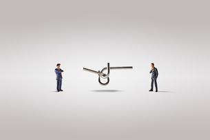 知恵の輪とビジネスマンの写真素材 [FYI04088176]