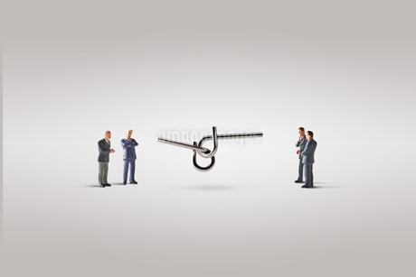 知恵の輪とビジネスマンの写真素材 [FYI04088177]