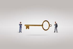 鍵とビジネスマンの写真素材 [FYI04088178]