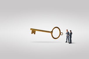 鍵とビジネスマンの写真素材 [FYI04088179]