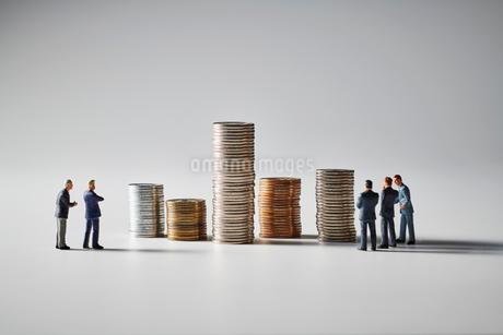 積みあがったお金とビジネスマンの写真素材 [FYI04088183]