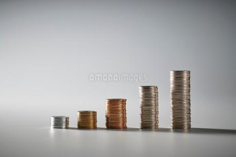 お金の階段の写真素材 [FYI04088184]