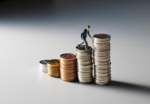 お金の階段を登るビジネスマンの写真素材 [FYI04088185]
