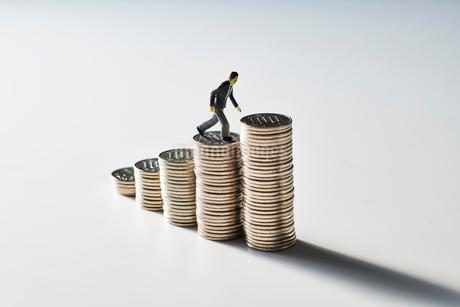 お金の階段を登るビジネスマンの写真素材 [FYI04088186]