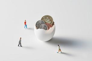 お金が入った卵と人の写真素材 [FYI04088188]