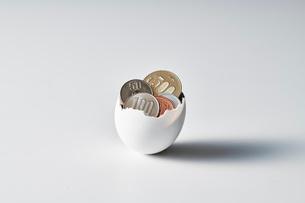 お金の入った卵の写真素材 [FYI04088189]