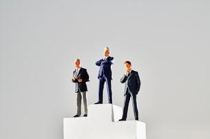 表彰台に並ぶビジネスマンの写真素材 [FYI04088191]