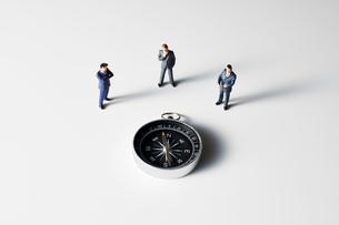 方位磁針を見るビジネスマンの写真素材 [FYI04088192]