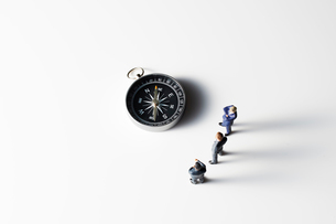 方位磁針を見るビジネスマンの写真素材 [FYI04088193]