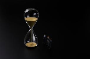 砂時計とビジネスマンの写真素材 [FYI04088198]