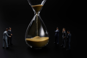 砂時計とビジネスマンの写真素材 [FYI04088199]