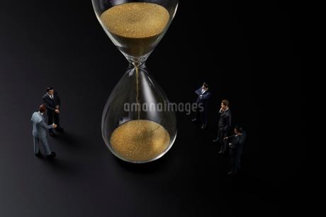 砂時計とビジネスマンの写真素材 [FYI04088200]