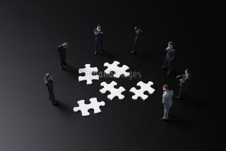 パズルとビジネスマンの写真素材 [FYI04088203]