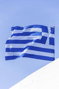 風になびくギリシャの国旗の写真素材 [FYI04088205]