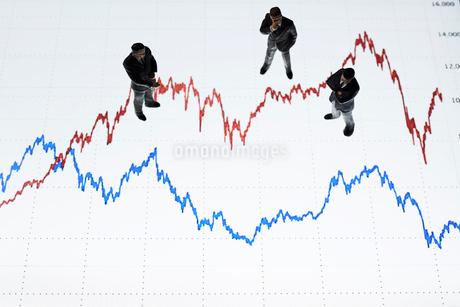 グラフの上のビジネスマンの写真素材 [FYI04088206]