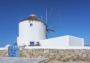 青空とカト・ミリの風車の写真素材 [FYI04088212]