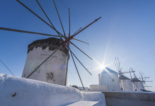青空と太陽とカト・ミリの風車の写真素材 [FYI04088214]