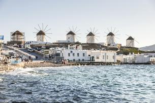 海沿いに建ち並ぶカト・ミリの風車の写真素材 [FYI04088216]
