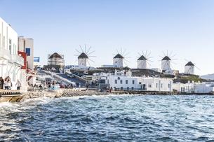 海沿いに建ち並ぶカト・ミリの風車の写真素材 [FYI04088217]