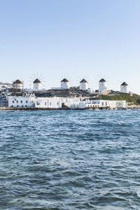 エーゲ海越しに見るカト・ミリの風車の写真素材 [FYI04088222]