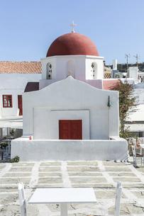 赤いドーム屋根の白い教会の写真素材 [FYI04088226]