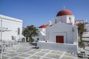 ミコノスタウンに建つ赤いドームの白い教会の写真素材 [FYI04088228]