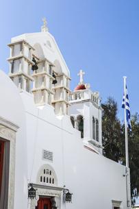 ベルタワーを見る白い教会の写真素材 [FYI04088229]