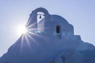 太陽と真っ白な教会の写真素材 [FYI04088230]