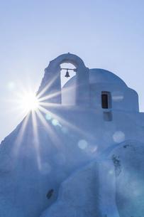 太陽と真っ白な教会の写真素材 [FYI04088231]