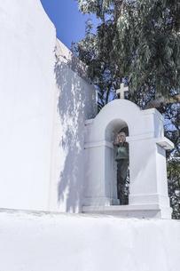ミコノスタウン白い教会の鐘と十字架の写真素材 [FYI04088232]