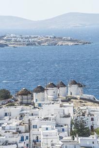 カト・ミリの風車と遠くに山並みを見るエーゲ海風景の写真素材 [FYI04088245]