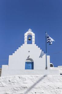 ミコノス島丘の上の白い教会の写真素材 [FYI04088253]