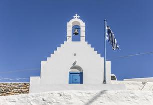 ミコノス島丘の上の白い教会の写真素材 [FYI04088254]