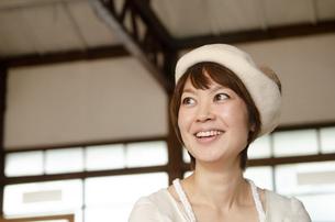 ベレー帽を被って笑っている女性の写真素材 [FYI04088350]