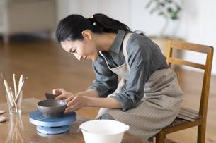 陶芸をする女性の写真素材 [FYI04088397]