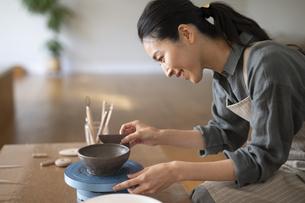 陶芸をする女性の写真素材 [FYI04088398]
